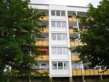Fassadengestaltung mit Balkonelementen und Kunststofffenstern und -türen
